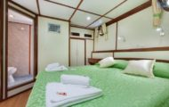 Confortable large bed with ensuite bathroom shower and toilet